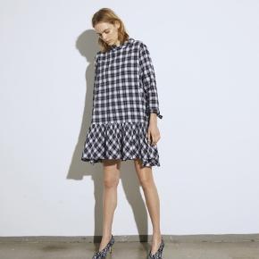 """Smuk ternet kjole fra Mads Nørgaard. Modellen hedder """"Dreamella dress"""" i sort/hvid. Det er en str.38 og er almindelig i størrelsen, jeg er selv en 38 foroven og en 40 forneden.  Mål : Brystmål: 56 cm Længde fra skulder og ned: 93 cm  Nypris 1200kr  Respekter venligst at jeg ikke bytter og køber betaler porto samt gebyr ved tspay.  Materiale: 97% bomuld 2% polyester 1% elasthan"""