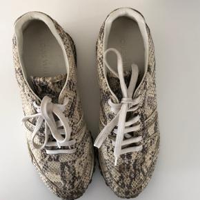 Runway sneaks fra Louis Vuitton i fuld python. Næsten ikke brugte. Modellen sælges stadig i butikkerne men ikke i dette materiale. Der er en indbygget hæl på ca. 3cm.  Nypris 9300,- Alt medfølger: kvittering, certifikat på materialet, dustbag, æske
