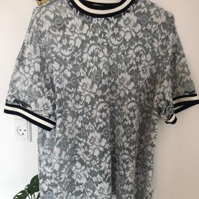 Ganni t'shirt 🌙 Str. L men passer også en M. Brugt 1-2 gange så så god som ny! Nypris har været 1.200 så jeg vil gerne have mindst 300 kr for den da det alligevel er en gammel model.   Giv et bud!