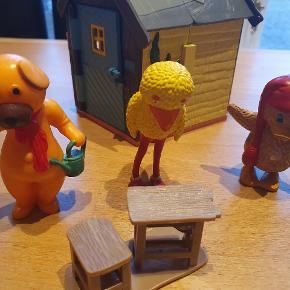 Lille bamse hus med 3 figurer og lidt møbler til. Der mangler et vindue i huset. Huset kan åbnes og skorstenen kan falde ned. Afhentes i Alslev mellem Varde og Esbjerg eller sender med DAO på købers regning.