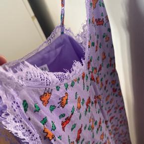 Den har en lille misfarvning ved Venstre bryst, men ikke noget man nemt ser. Eller en mega lækker kjole med åben ryg!