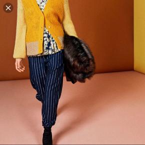 Sælger disse super flotte bukser fra Munthe! Passer både en 36 og lille 38! Jeg kan selv passe dem, men vil gerne have dem løsere. Så bytter også gerne med en str.38 😊Nypris 999 kr.