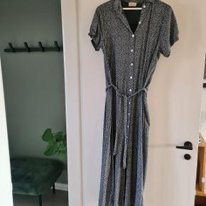 Smuk kjole i grå farve med fine hvide blomster. Størrelsen er en ond size. Den er super fin, både med og uden bindebånd.