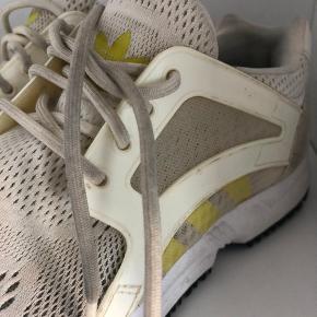 Adidas Sneakers str. 38 Brugt et par gange. Trænger lige til en tur i vaskemaskinen