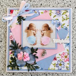 Tvillingekort str. 14,8x14,8 cm. Håndlavet. Der er 2 sølvbamser der hænger foran. Kortet er inkl. kuvert.  Se også mine andre kort.