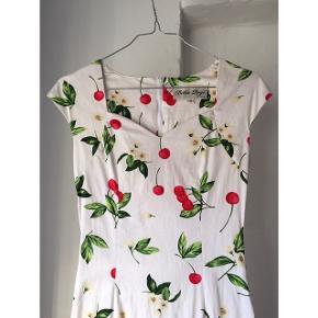 Sælger denne fantastiske romantiske sommerkjole med de skønneste kirsebær 🍒☀️ Sælger den kun fordi den ikke rummer min store rumpe 😩 Den er fra mærket Bettie Page (brand i LA). Den er i 98% bomuld, 2% spandex.  Tags: Ganni, Stine Goya, Nike, & Other Stories, Gestuz og Résumé. #trendsalesfund