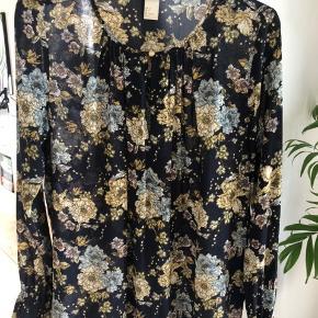 Custommade hvid top, H&M blomstret skjorte, Zara bluse