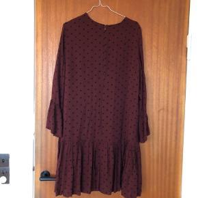 Kjole fra Ganni i størrelse 40. Brugt få gange, har ingen brugsspor. Kan afhentes på Frederiksberg eller sendes