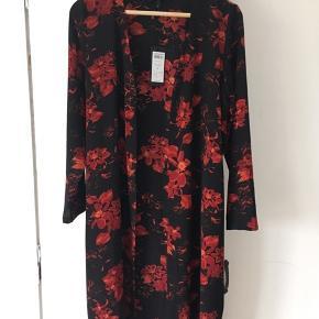 Blomstret kimono  Aldrig brugt, nypris 229.95 kr.
