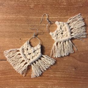 Håndknyttet macrame øreringe med Sterling sølv ørestik.  Kan sendes med brev for 10 kr.  Vælg mellem sort eller råhvid.  55 kr pr par. pp.