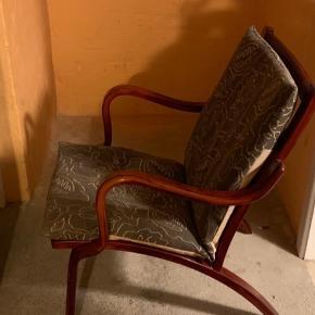 Der er 2 stk stole til 350 kr stykket