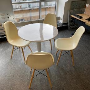 Et simpelt bord, perfekt til en lille lejlighed. Stolene medfølger også, men de er ikke i allerbedste stand.