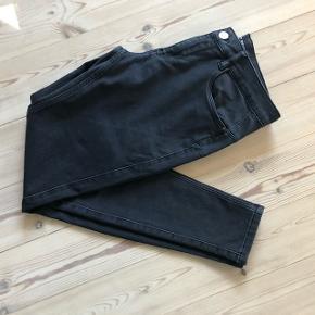 Sort/meget mørkegrå - Dejlige bløde bukser fra Vero Moda.Sidder godt til og er behagelige at have på ☀️
