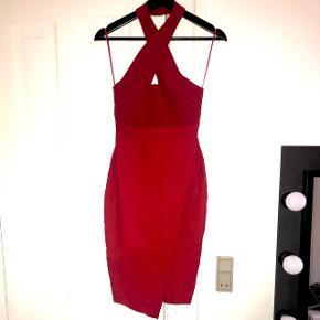 Super smuk og elegant kjole i rød fra Vesper. Har kun været brugt få timer.  Nyprisen var lige omkring 750-800 kr.   Str. S (36)   Har været pakket ned i flyttekasse og er derfor lidt krøllet på billederne.   Kom med et realistisk bud!  Handler over Tradonos handelssystem eller kan mødes i Århus eller Horsens 🌸