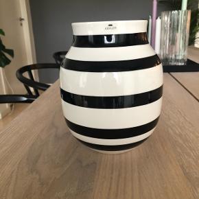 Kähler Omaggio Vase sort/hvid. Super stand.   Nypris: 300 kr.    Skriv for info eller billeder. Sælges separat eller som bud med lysestagen 🤩