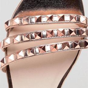 Brand: Faith Varetype: Passer til BUCH Farve: rosegold  OBS: Kun handel via KØB NU (læs profil).  Skønne sandaler i rosegold med nitter i samme farve. Bytter ikke. Prisen er fast.