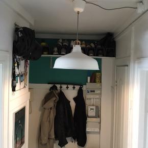 Hvid loftslampe fra IKEA. Modellen hedder RANARP 😊 40,-