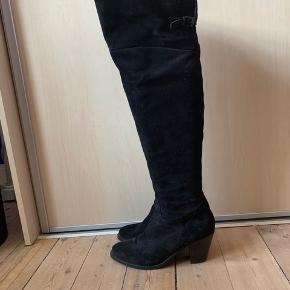 Lækre overknees fra Billi Bi i sort ruskind. Brugt få gange. Hælen måler 8 cm. Handler gerne via mobilepay.