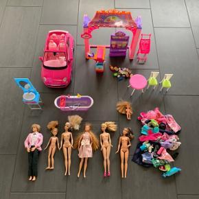 Barbie samling med dukker, tøj, bil Fiat 500, badeværelse og butik. Sælges samlet. Kan sendes for 53 kr.