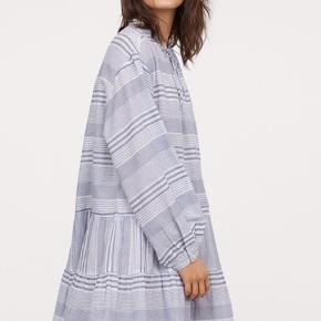 Sælger denne flotte kjole fra H&M, som er udsolgt online.  Har kun prøvet den på, men får den ikke brugt.  Pris i butik nu: 249 kr.   Bytter ikke!