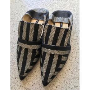 Fede Zara flats 💕  - stribet sort og grå - str. 38  - aldrig brugt - stykke om hæl kan slås op / ned  Disse i str. 38 sælger jeg for min mor.  Billederne med dem på er med mine egne i str. 37. De er altså aldrig brugt.   Se også gerne mine andre fine ting. Sælger billigt ud og giver mængderabat 🙌🏼   #trendsalesfund #secondchancesummer