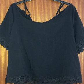 Jacqueline De Young off-shoulder lækker sort kort bluse str 36 med blonde på ærmerne og forneden på blusen