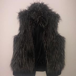 Sælger denne her super fine pels fra Vero Moda, prismærket sidder dog ikke i mere.  Men den er aldrig blevet gået med, den er helt som ny.