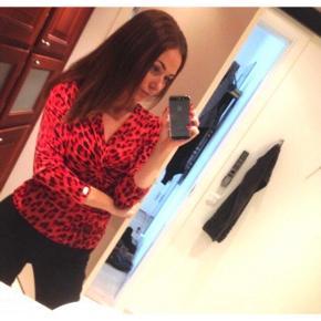 Rød leopard bluse, virkelig fin og flatterende. Passer xs-m, da der er meget stretch i.