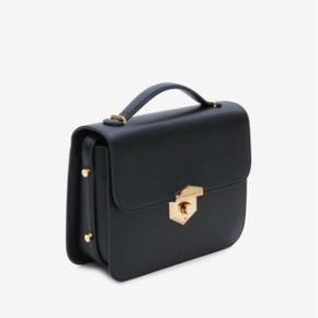 Sort Alexander McQueen crossbody taske med guld hardware og justerbar læderrem. Modellen hedder Wicca. Tasken er ca 3 måneder gammel og er aldrig brugt. Køber betaler evt fragt Nypris var 10.700  Originale tags, dustbag og æske medfølger. Mp er 3500 kr
