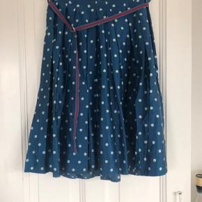 Rigtig fin nederdel i 55% silke i smuk blå farve med polkaprikker, fra en af Baum und Pferdgardens tidlige kollektioner.