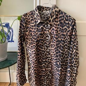 Sød skjorte fra Ganni med fine detaljer. Aldrig brugt. Nypris var 1099,-   Kom med bud 🌼