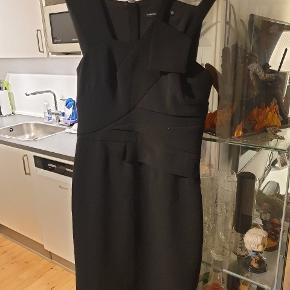 Dejlig figursyet kjole med flotte detaljer ved skuldrende fra Karen Millen.  Ens flotte kurve bliver virkelig fremhævet i denne kjole! Perfekt til nytår  #30dayssellout