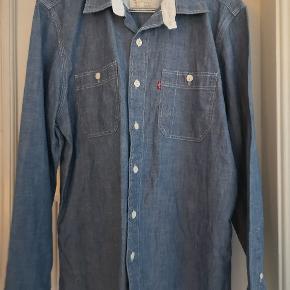 Super fin blå cowboy skjorte. Nærmest ikke brugt (for lille). Levis str. Ca 160-165 cm. Hentes i århus midtby.
