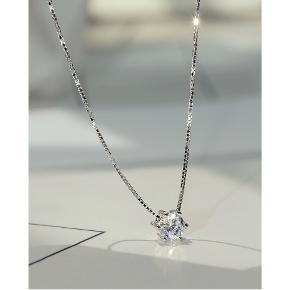 Materiale:925 sølv og krystal  Str.:længde 41 cm;udvidet kædelængde 3 cm; Vedhæng: 0.5 cm  leveringstiden: 3-5 dage