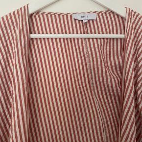 Boii slå-om skjorte med lange ærmer brugt et par gange