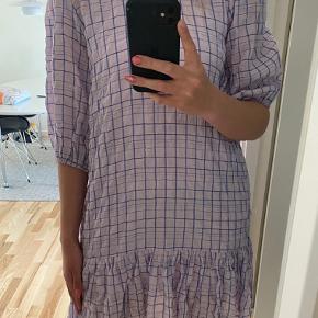 Sælger denne smukke kjole fra Neo Noir. Aldrig brugt, kun prøvet på. Normal i størrelsen og underkjole medfølger☀️ stadig med prismærke.