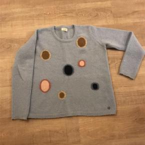 Super Skøn Strik sweater - i meget let strik Farve: Lyseblå Oprindelig købspris: 800 kr.  Brugt få gange og fin som ny.  Bryst 2 x 53 cm. Længde 60 cm.  Bytter ikke.  Sendes via DAO til nærmeste pakkeshop.