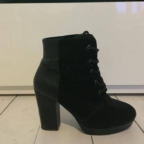 Velholdte sorte Bianco støvler.Str. 38. Sælge fordi de bare samler støv. Hæl (6) 8 cm inkl. 2 cm plateau  Afhentes på adresse Grækenlandsvej (Amager), mødes ved Nørreport st. eller sendes på købers regning via DAO.