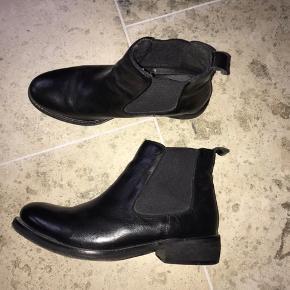 Klassisk Chelsea boot. Nærmest aldrig brugt. Slå til pris 400kr. Uden Porto. Se også mine andre støvle annoncer.