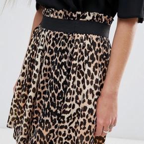 Sød nederdel fra Ganni i str. XS. Den er gået lidt op i syningen i livet, men det er ikke noget man kan se, når man har den på - den sælges derfor billigt 🌸