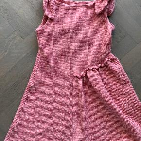 Sød kjole i skøn tyk kvalitet og med fine sløjfer på hver skulder. Perfekt stand.   Se også mine andre annoncer.