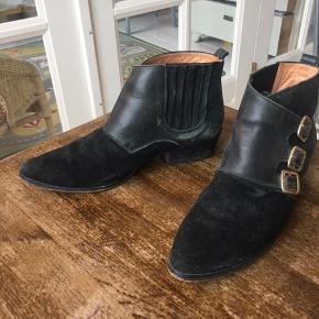 Ankelstøvler fra Ganni i cowboy-stil. Str 39 Har tegn på slid men stadig gode.  Bytter ikke