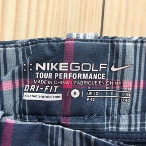 Nike Golf Tour Performance  Toppen af poppen!  Brugt 2-3 gange Livvidde ca. 82cm  Skridtlængde ca. 80-81cm Grundfarven er blå  Nypris 900kr