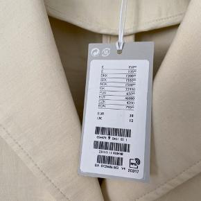 Flot beige/hvid blazer fra COS i str 38! Har aldrig været brugt, har stadig prismærke og sælges grundet fejlkøb. Nypris er 1200kr, så kun seriøse bud ✨