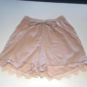 Varetype: Shorts Farve: Lyserød Oprindelig købspris: 120 kr.  Rigtig fine shorts, har aldrig brugt dem, da de er for store.   Der er et lille hul i blonderne nederst, man lægger ikke så meget mærke til det.