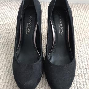 53c9168aba6 Super flotte højhælede sko med glimmersål. Sættes som god men brugt da der  er et