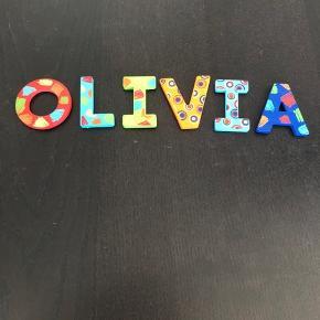 Hvem skal have OLIVIA stående på døren, væggen eller....?  Fine træbogstaver. Har været sat op og mangler derfor selvklæbende tape på bagsiden, men de er ellers fine og hele.   Fra røg-/dyre-/Coronafrit hjem, hvor vi passer på tingene.