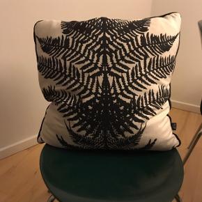 Flot og dekorativ pude fra Ferm Living. Er i meget velholdt og flot stand.  Hvid baggrund med plantemønster foran og sort på bagsiden.  Betræk kan tages af og kan vaskes.