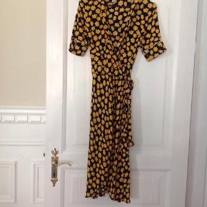 Fin Ganni kjole. Jeg har selv købt den brugt, men den er ikke så god til mig, byd gerne
