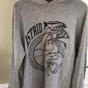 Sælger denne fede Astrid Andersen hoodie.  snørene er taget ud af hoodien, men har dem stadig liggende hvis det er.  Budt 800kr Køb nu pris 950 Køber betaler fragt, medmindre de kan mødes i Kbh.